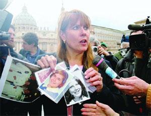 parenti di ragazzini molestati da religiosi Usa protestano a SanPietro